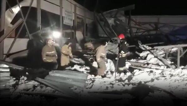 Работа спасателей на месте обрушения конного клуба в Новосибирской области