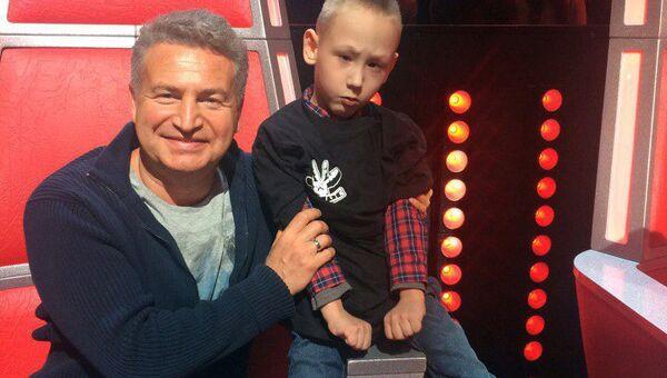 Леонид Агутин и маленький подопечный хосписа на съемках шоу Голос в рамках благотворительной акции Мечты сбываются, организованной Санкт-Петербургским детским хосписом.