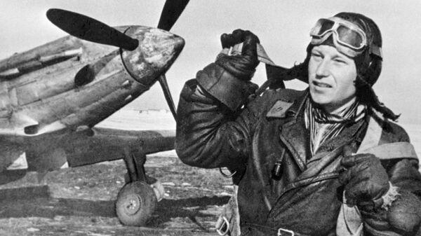 Трижды Герой Советского Союза Александр Иванович Покрышкин стоит у боевого самолета