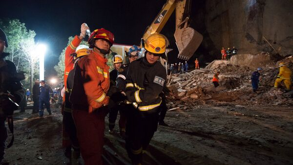 Спасатели на месте обрушения отеля в китайской провинции Хубэй, 20 января 2017