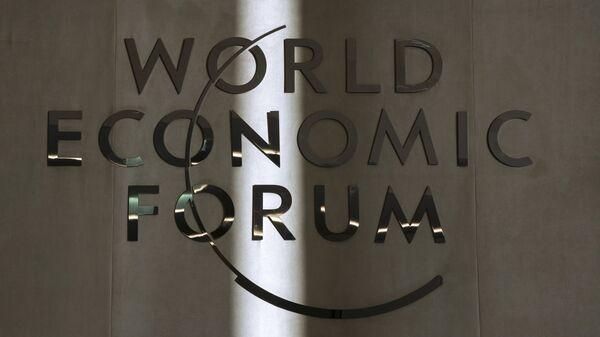 Эмблема Всемирного экономического форума в Давосе. Архивное фото