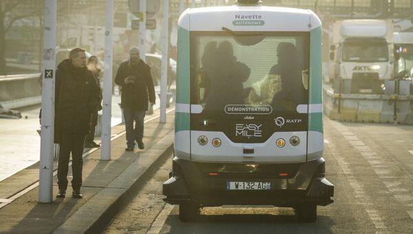 Беспилотный автобус на улице Парижа. Архивное фото