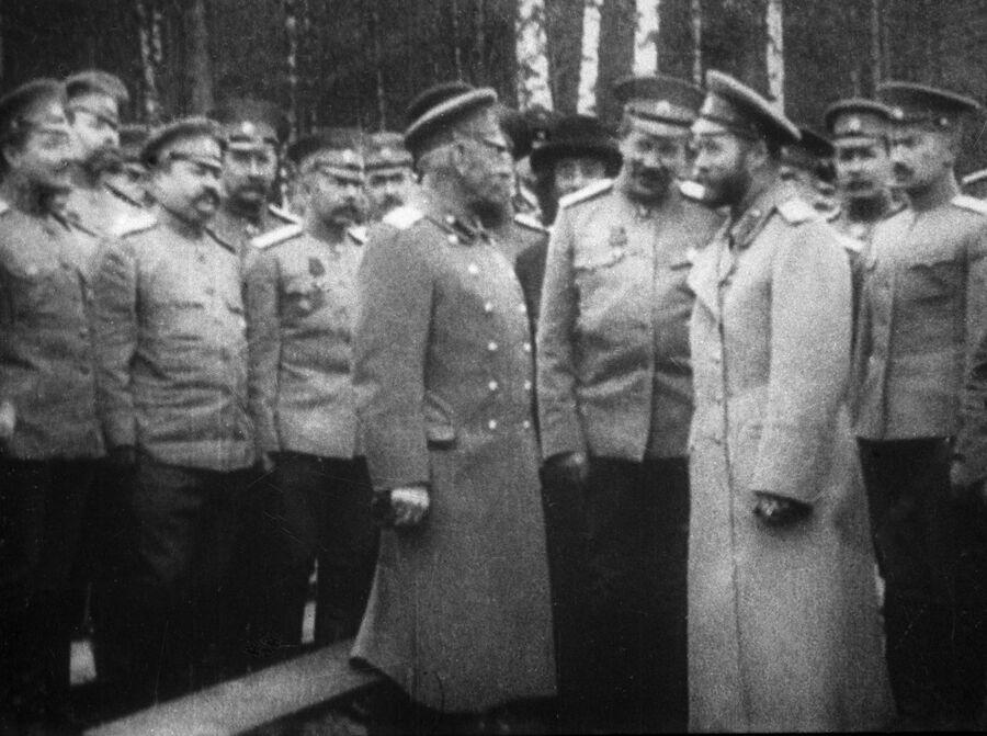 Российский император Николай II и генерал Михаил Алексеев в Ставке царского правительства. 1915 год