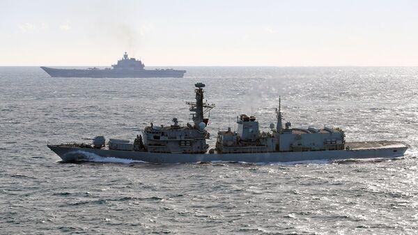 Британский корабль St Albans (на первом плане) сопровождает российский корабль Адмирал Кузнецов
