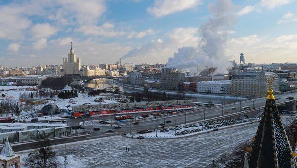 Вид со Спасской башни Московского Кремля на Большой Москворецкий мост и Москва-реку. Архивное фото