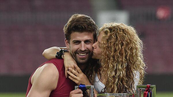 Певица Шакира с мужем футболистом Жераром Пике на стадионе в Барселоне. 30 мая 2015 года
