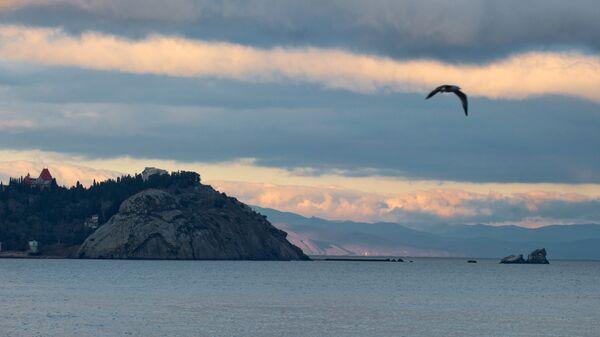 Черное море на закате у поселка Партенит в Крыму. Архивное фото