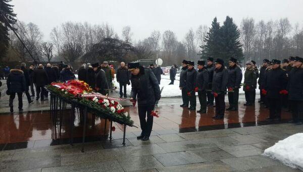 Моряки и ветераны на Пискаревском кладбище в Санкт-Петербурге