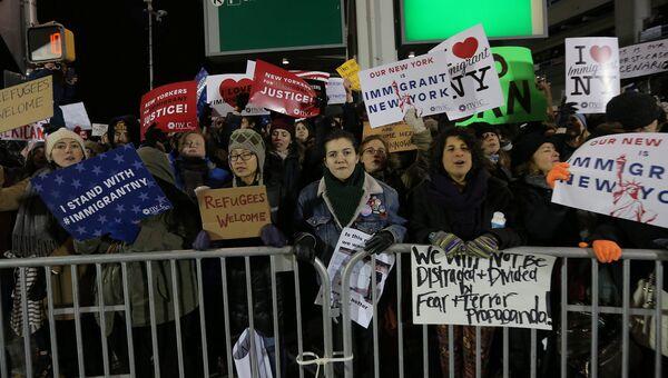 Протест в аэропорту Кеннеди в Нью-Йорке из-за указа Трампа о беженцах. 28 января 2017 год