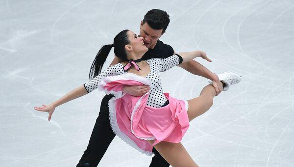 Шарлен Гиньяр и Марко Фаббри (Италия) выступают в короткой программе танцев на льду на чемпионате Европы по фигурному катанию в Остраве