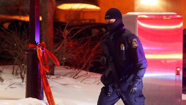 Сотрудник полиции на месте стрельбы в мечети в Квебек-Сити, Канада