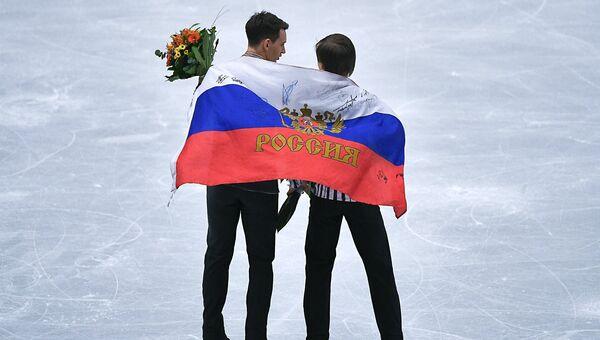 Призеры соревнований в мужском одиночном катании на чемпионате Европы по фигурному катанию в Остраве во время церемонии награждения