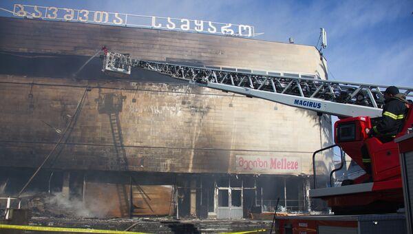 Пожарные тушат здание торгового центра Детский мир в Тбилиси. 30 января 2017