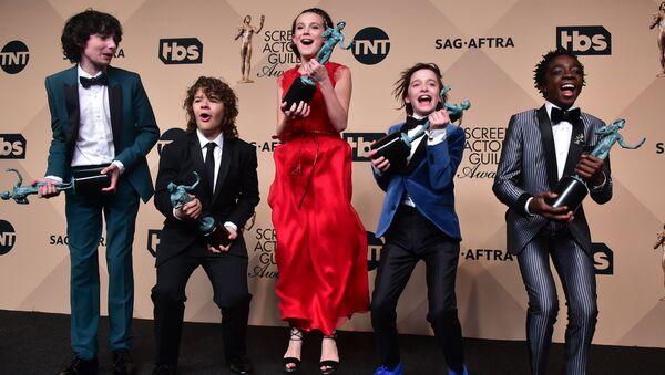 Актеры Финн Вулфард, Гейтен Матараццо, Милли Бобби Браун, Ной Шнапп и Калеб МакЛафлин на церемонии вручения премии Гильдии киноактеров США в Лос-Анджелесе