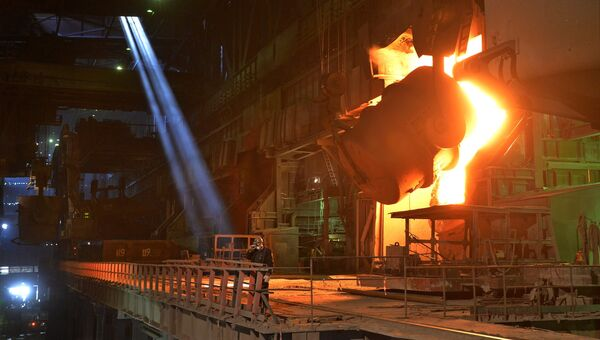 Рабочий в кислородно-конвертерном цехе Магнитогорского металлургического комбината. Архивное фото
