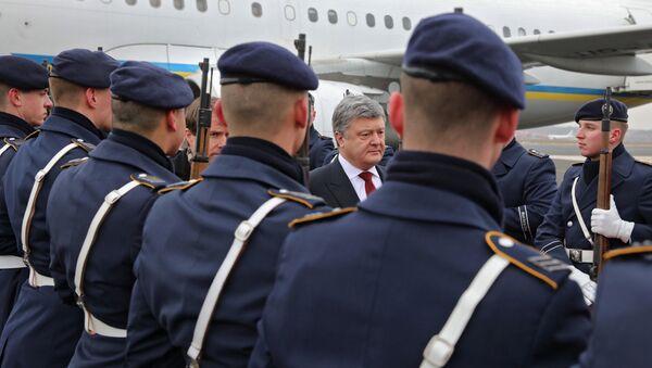 Президент Украины Петр Порошенко во время церемонии встречи в аэропорту Берлина