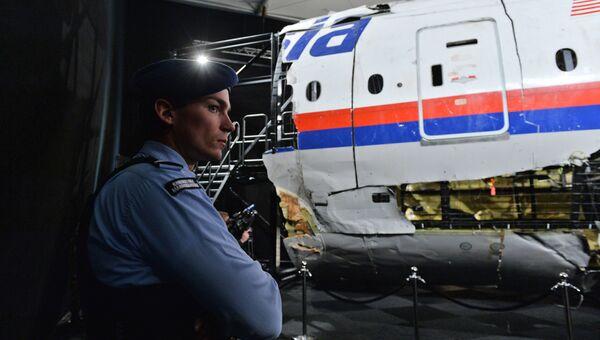 Представление доклада об обстоятельствах крушения лайнера Boeing 777 Malaysia Airlines на военной базе Гилзе-Рейен в Нидерландах. Архивное фото