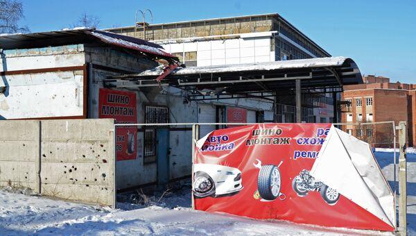 Станция технического обслуживания, пострадавшая от обстрела, в Донецке