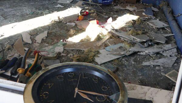 Парикмахерская на привокзальном рынке в Куйбышевском районе Донецка, пострадавшая в результате обстрела украинскими силовиками