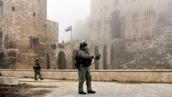 Военнослужащий во время разминирования исторической Цитадели древней крепости Алеппо. Архивное фото