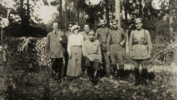 Николай II с семьей в Царском селе после отречения. 1917 год