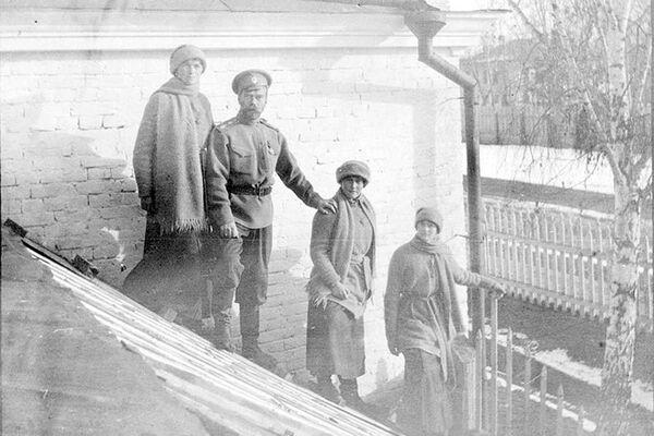 Николай II  с дочерьми в ссылке. 1917 год