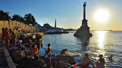 У памятника затопленным кораблям недалеко от Приморского бульвара в Севастополе