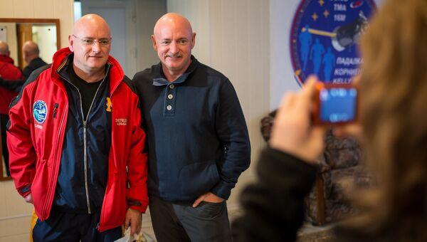 Астронавт Скотт Келли (слева) и его брат-близнец Марк Келли. Архивное фото