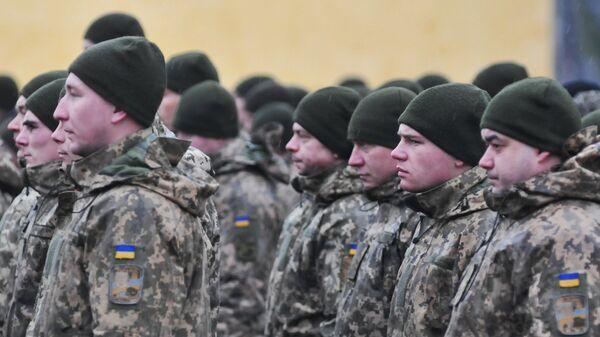 Военнослужащие Украины во время церемонии открытия очередного этапа подготовки подразделений ВСУ по программе Объединенной многонациональной тренировочной группы - Украина на территории Яворивского полигона