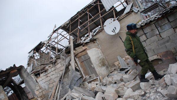 Бойцы народной милиции ДНР у разрушенного дома в селе Коминтерново Донецкой области
