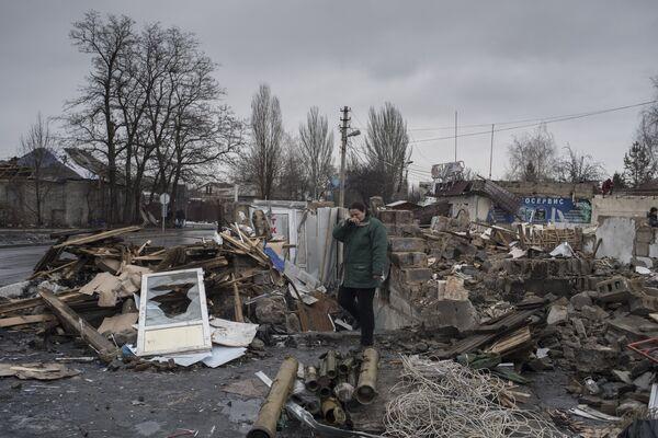 Женщина у разрушенного здания в районе автостанции Мотель в Донецке