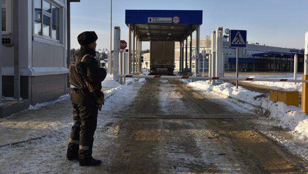 Пограничник на многостороннем автомобильном пункте пропуска (МАПП) Новые Юрковичи в Брянской области. Архивное фото