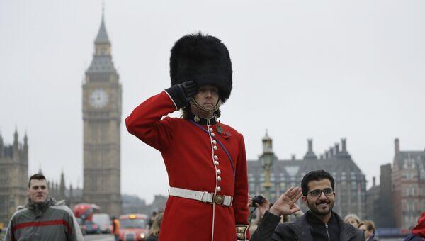 Королевский гвардеец стоит напротив Парламента Великобритании. 8 февраля 2017 года. Архивное фото