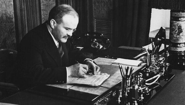 Председатель Совета Народных Комиссаров СССР Вячеслав Михайлович Молотов в своем рабочем кабинете