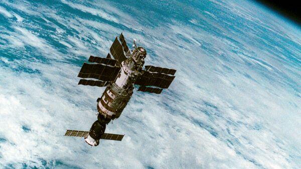 Орбитальная станция Салют-7 с космическим кораблем Союз Т-14 во время полета. Фото летчиков-космонавтов СССР В. Джанибекова и Г. Гречко. Снимок сделан с космического корабля Союз Т-13