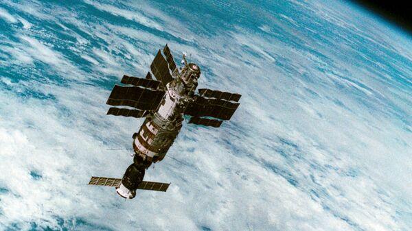 Орбитальная станция Салют-7 с космическим кораблем Союз Т-14 во время полета