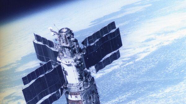 Орбитальная станция Салют-7 с космическим кораблем Союз Т-14. Репродукция фотоснимка, сделанного с космического корабля Союз Т-13 летчиками-космонавтами СССР В. Джанибековым и Г. Гречко
