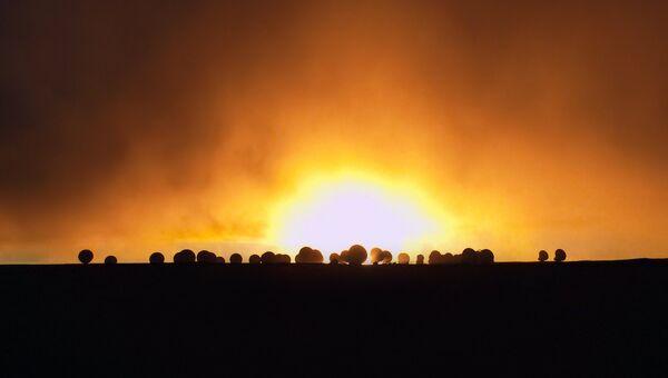 Телескопы на фоне заката в чилийской пустыне Атакама. Архивное фото