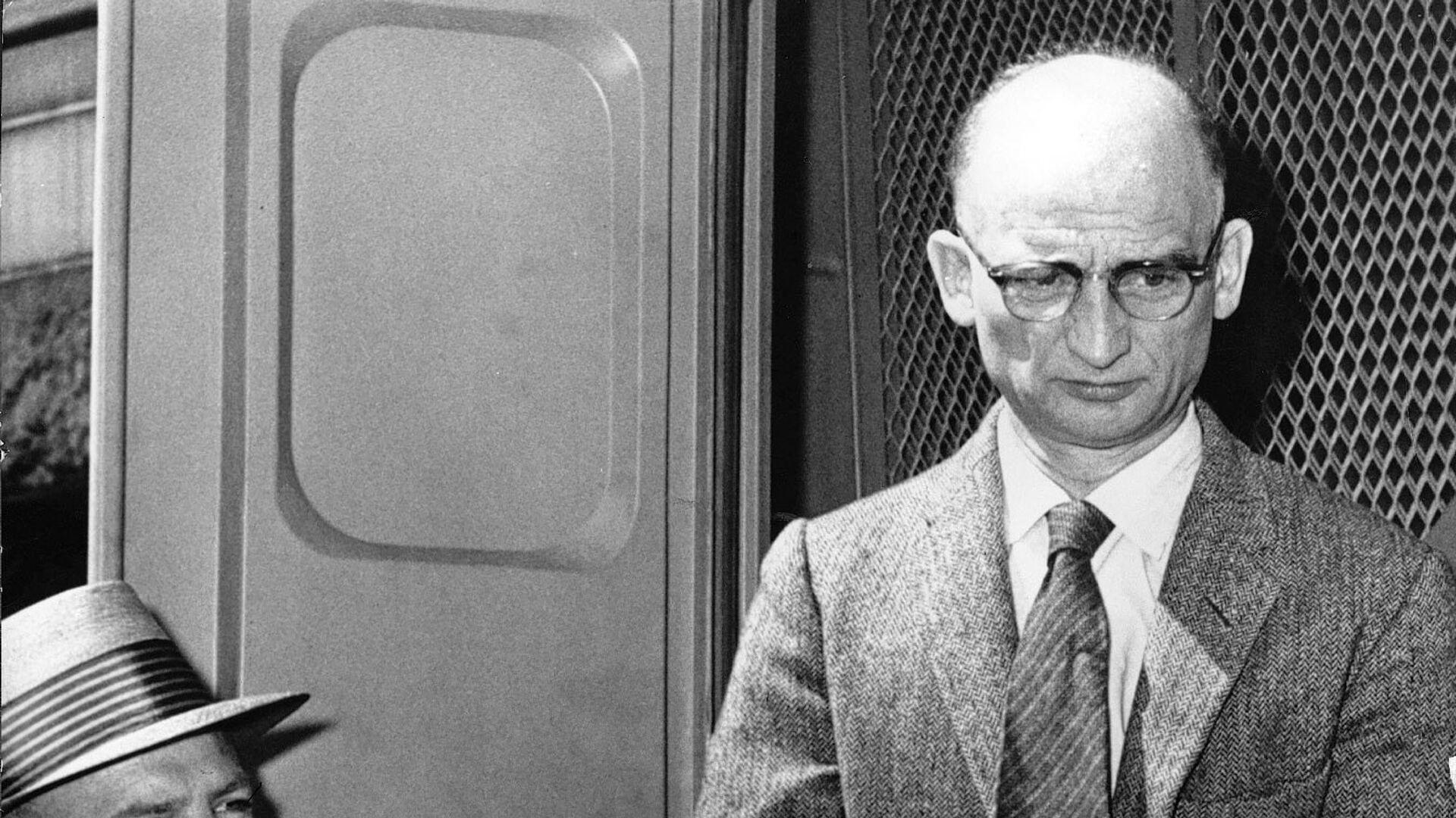 Советский разведчик Рудольф Абель возле суда в Бруклине - РИА Новости, 1920, 10.02.2017