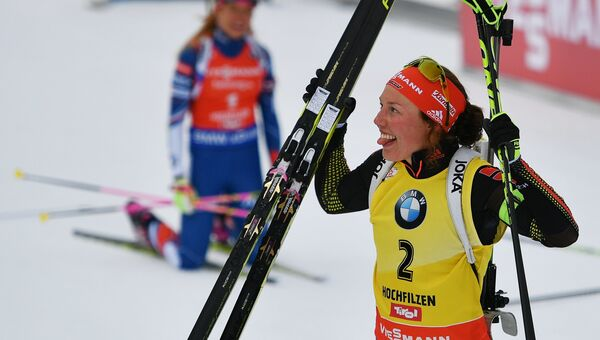 Лаура Дальмайер после финиша в гонке преследования среди женщин чемпионата мира по биатлону