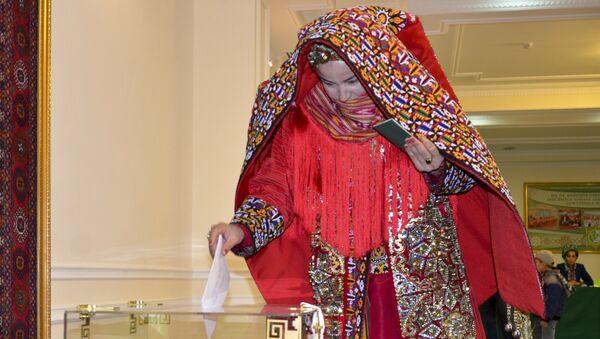 Женщина голосует на выборах президента Туркмении, Ашхабад. Архивное фото