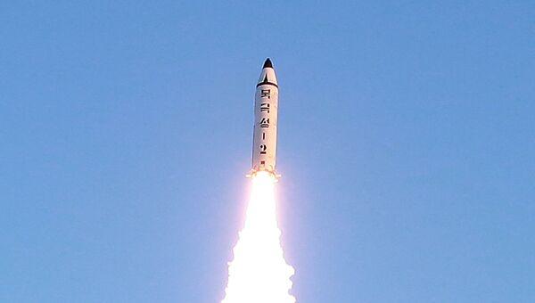 Испытания баллистической ракеты Пуккыксон-2 (Полярная звезда-2) среднего радиуса действия в Северной Корее. Архивное фото