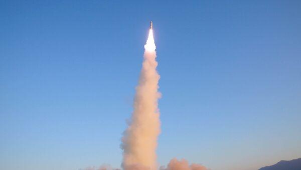 Запуск баллистической ракеты Пуккыксон-2 (Полярная звезда-2) среднего радиуса действия в Северной Корее. Архивное фото