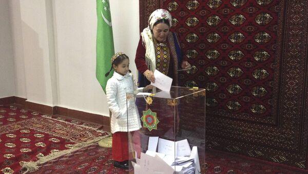 Голосование во время президентских выборов на избирательном участке в Ашхабаде, Туркменистан