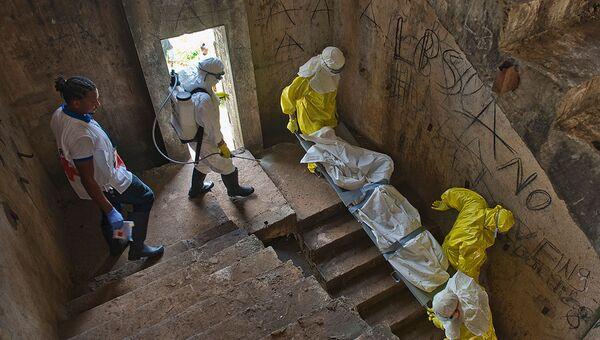 Медики транспортируют тело жертвы лихорадки Эбола. Архивное фото