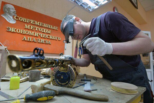 Мастера Златоустовской оружейной фабрики работают над изготовлением подарочных и наградных образцов оружия для министерства обороны РФ