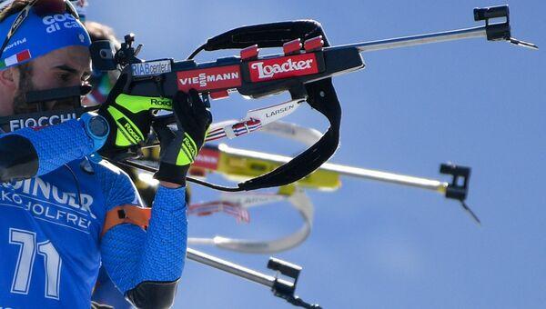 Джузеппе Монтелло (Италия) на огневом рубеже индивидуальной гонки среди мужчин на чемпионата мира по биатлону в австрийском Хохфильцене