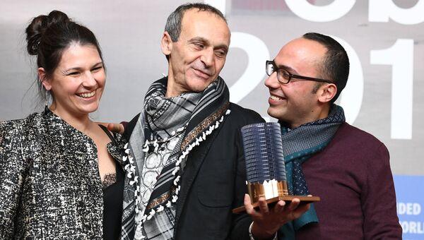Режиссер Раед Андони (в центре), обладатель специальной премии Glashuette Original Documentary Award, на пресс-конференции в рамках 67- Берлинского международного кинофестиваля