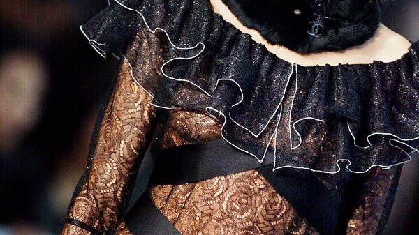 Модель Наталья Водянова представляет коллекцию Шанель во время показа осень-зима 2003-2004 в Париже
