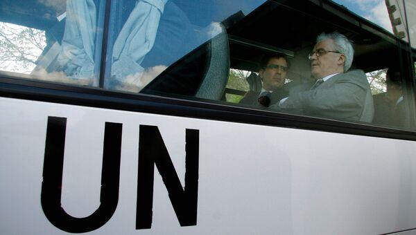 Постоянный представитель России при ООН Виталий Чуркин в автобусе после посещения монастыря Грачаница